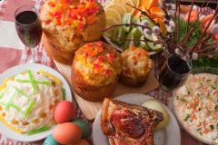 Пасхальный кулич и другие угощения на праздничном столе (Фото: JackF, Shutterstock)