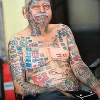70-летний мужчина превратил свое тело в географический атлас