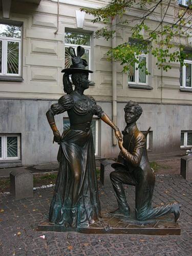 Шикарная Проня Прокоповна и Цирюльник Голохвастов памятник в Киеве